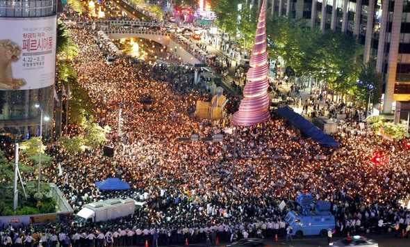 A candlelit demonstration which took place in the very centre of Seoul, in the summer of 2008.    Photo: Hankyoreh
