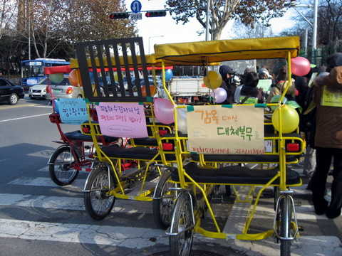 A cycling rally on the Prisoners for Peace Day in 2008, in Seoul.    Photo : World Without War
